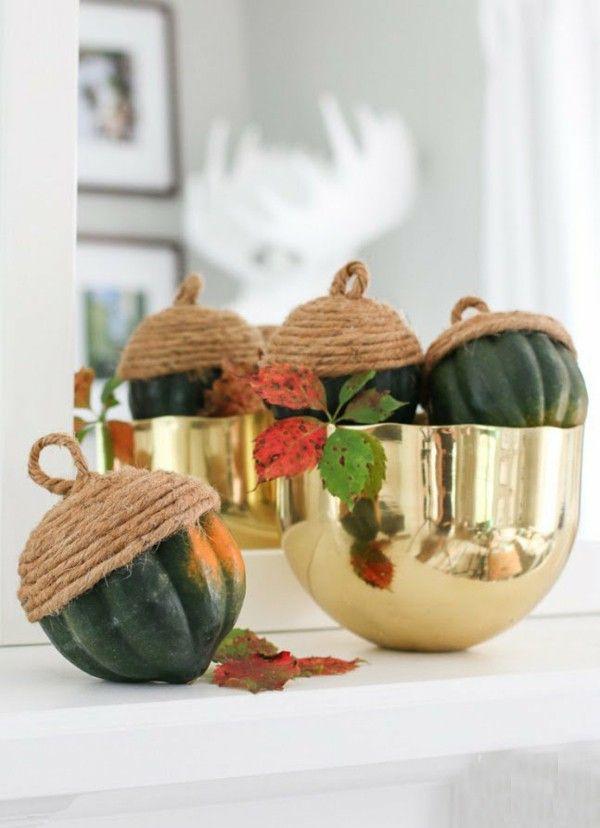 goldene Schale grüne Kürbisse Eicheln Herbst Dekotipps