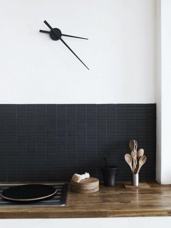 minimalistische Küche Küchenspiegel Fliesenspiegel schwarze Fliesen