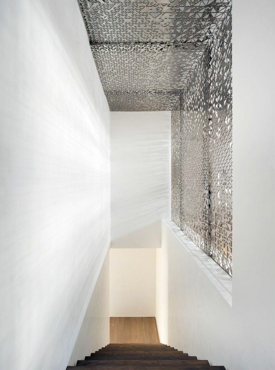 minimalistische Treppe aus dunklem Holz silberne Wandgestaltung