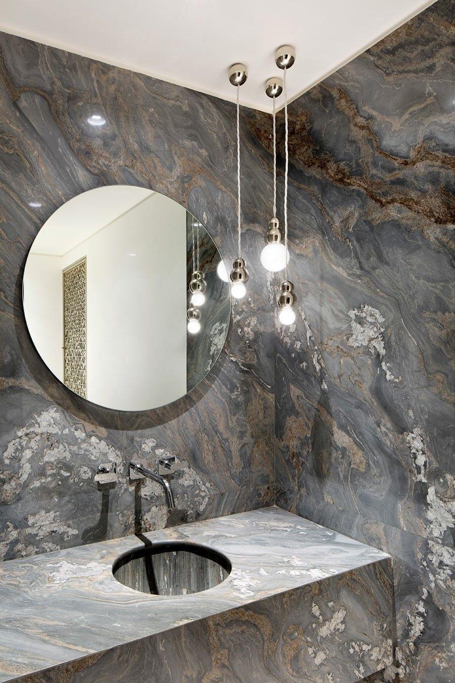 minimalistisches Bad mit geraden Linien rundes Spiegel Wandverkleidung aus Granit