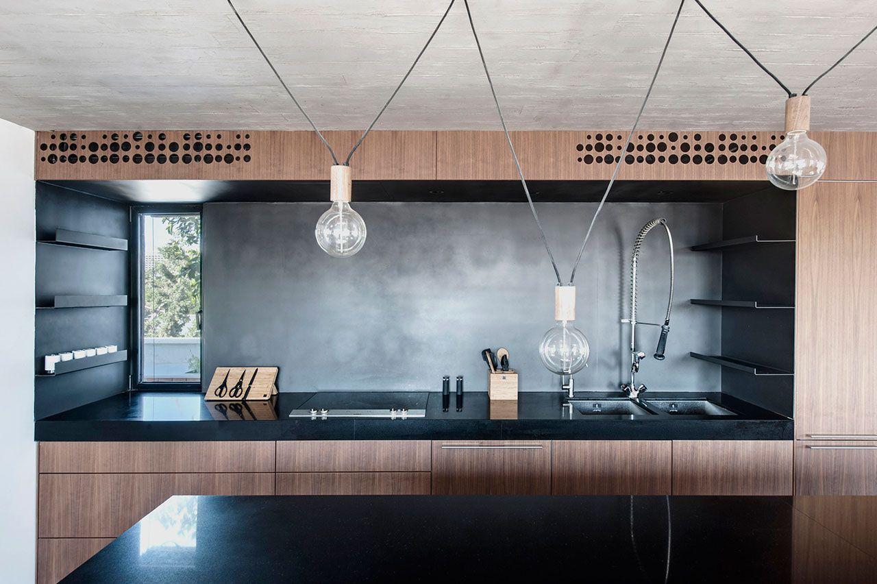 moderne Küche Nussbaum Hängeleuchte schwarze Küchenplatte