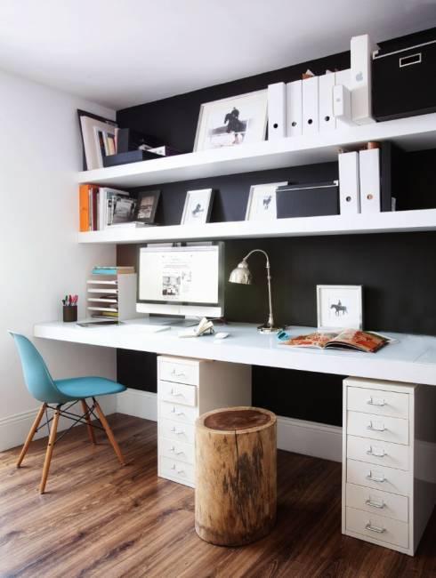 schwarze Wand im Home Office weißer Schreibtisch Schubläden Einrichtungsideen