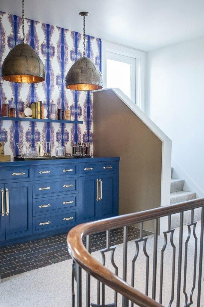 trendige Einrichtungsideen Barecke blauer Schrank