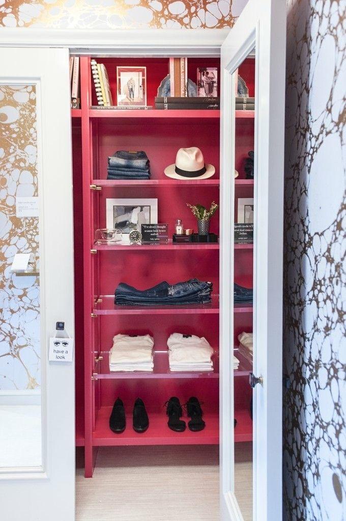 trendige Einrichtungsideen roter Kleiderschrank Luxusboutique