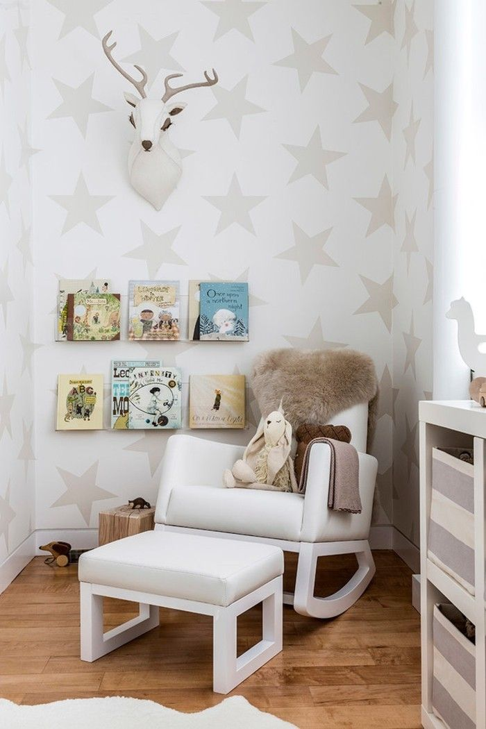 babyzimmer-wandgestaltung-sterne-sessel-weis