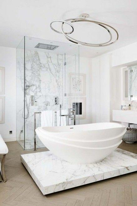 badezimmer-bad-freistehende-badewanne-marmorboden-modern
