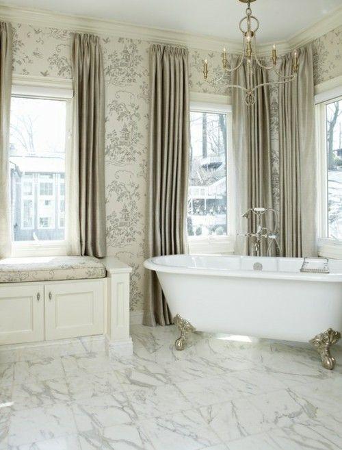 badezimmer-marmor-kronleuchte-freistehende-badewanne