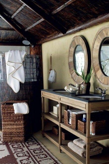 badezimmer-spiegel-rund-flechtkorb-teppich-badschrank