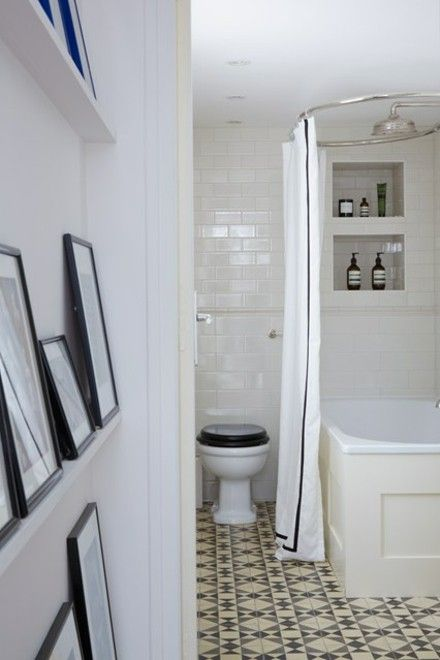 badezimmer-geometrische-fliesen-toilette-badewanne