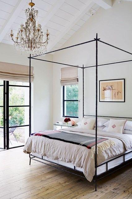 bett-aus-schmiedeeisen-schlafzimmer-modern-kronleuchte