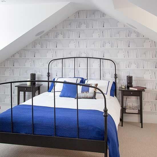 dachboden-tolles-schlafzimmer-blaue-bettwasche-dachgeschoss