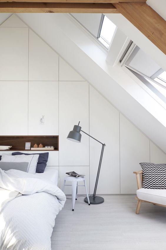dachfenster-schlafzimmer-stehelampe-nachttisch