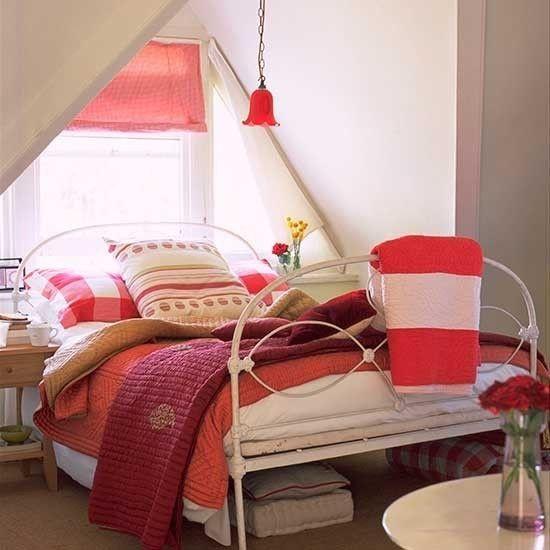 doppelbett-dachschrage-dachfenster-schlafzimmer-dachgeschoss