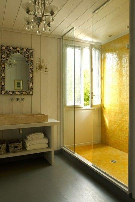 duschkabine-gelbe-fliesen-glaswand-badezimmer-badschrank