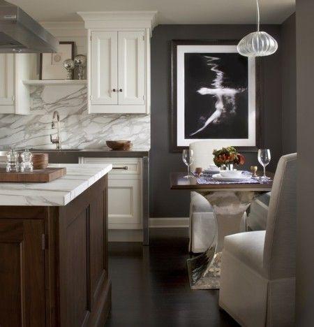 esszimmer-kucheninsel-marmorplatte-wanddeko