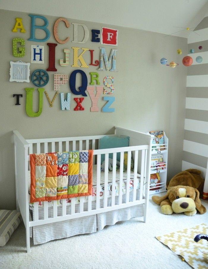 gitterbett-im-babyzimmer-kreative-wandgestaltung-buchstaben