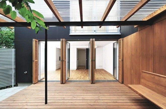harmonikaturen-modern-terrasse-und-balkon-pergola-schwarze-fassade