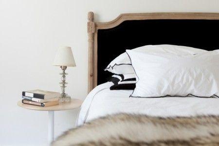 holzbett-schlafzimmer-leuchte-nachttisch-lampenschirm-weis