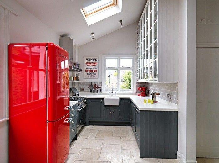 kuhlschrank-rot-skylight-dachfenster-graue-kuchenschranke