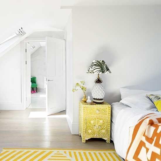 nachttisch-im-orientalischen-stil-schlafzimmer-dachgeschoss-teppich-gelb
