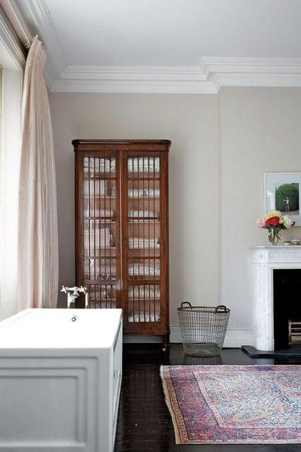 regale-freistehender-schrank-mit-glasturen-badezimmer