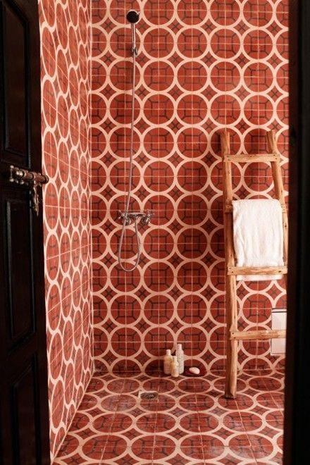 retro-fliesen-ziegelrot-badezimmer