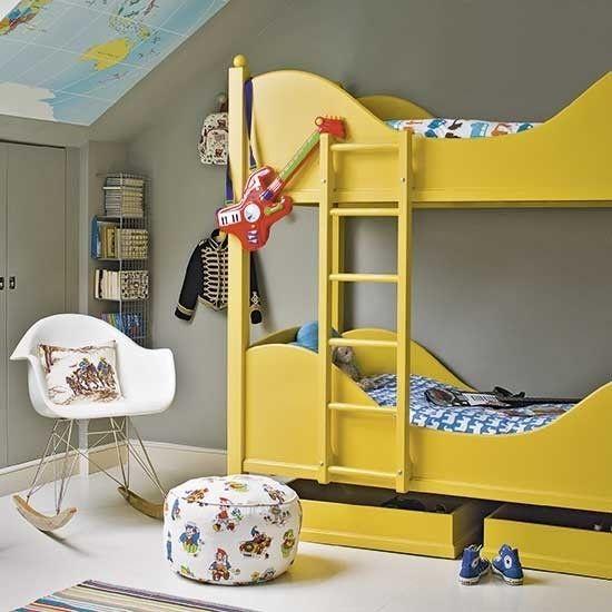 schlafzimmer-dachgeschoss-zweistackige-bette-in-gelb-dachboden