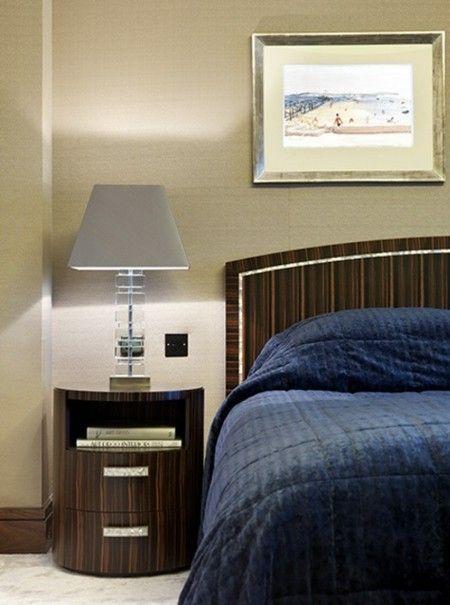schlafzimmer-leuchte-mit-lampenschirm-blaue-decke
