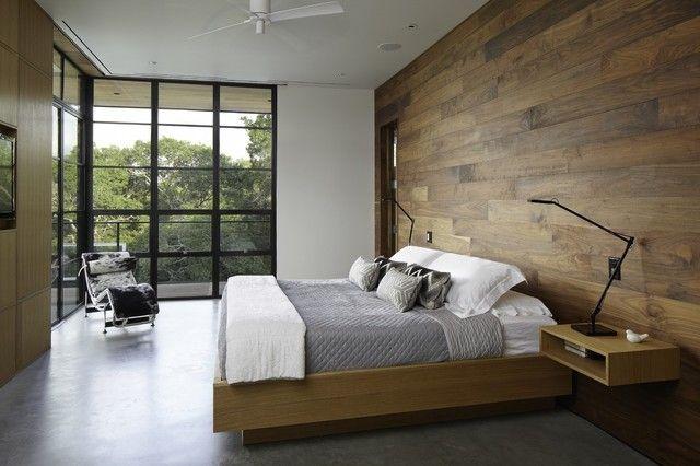 schlafzimmer-wandpaneele-eckfenster-tischlampe