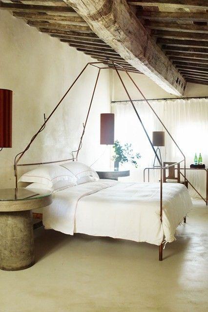 schlafzimmer-auf-dem-dachboden-modern-holzbalken