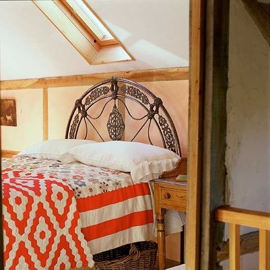 schlafzimmer-im-boho-stil-dachgeschoss-rote-akzente