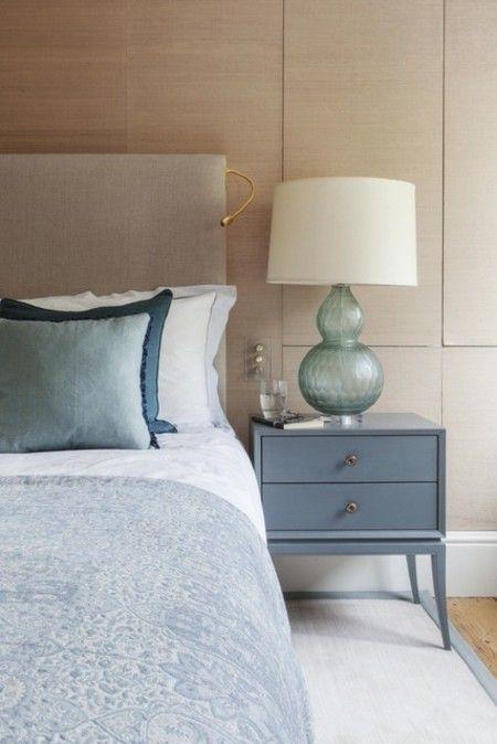 schlafzimmer-in-himmelblau-weiser-lampenschirm-leuchte