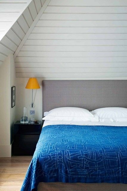 schlafzimmer-modern-dachboden-blaue-decke
