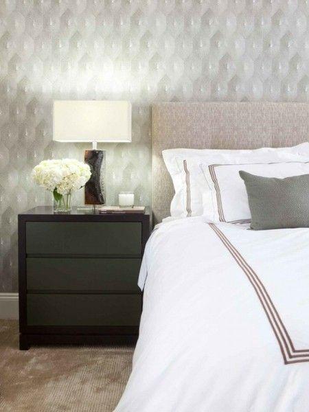 schlafzimmer-modern-praktische-leuchte-auf-dem-nachttisch
