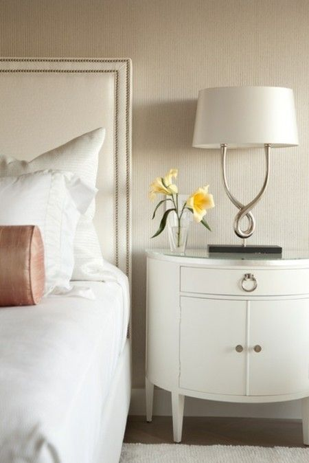 schlafzimmer-moderne-leuchte-in-weis-nachttisch-mit-schublade-und-turen