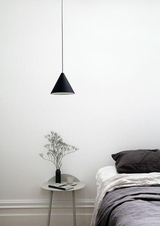 schlafzimmer-stilvolle-lampen-bettwasche-grau-lampenpendel-resized