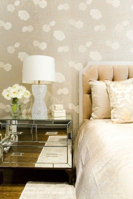 schlafzimmer-stilvolle-leuchte-wandtapete-neutrale-farben