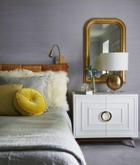 spiegel-goldene-lampe-schlafzimmer-leuchte-deko-kissen-rund