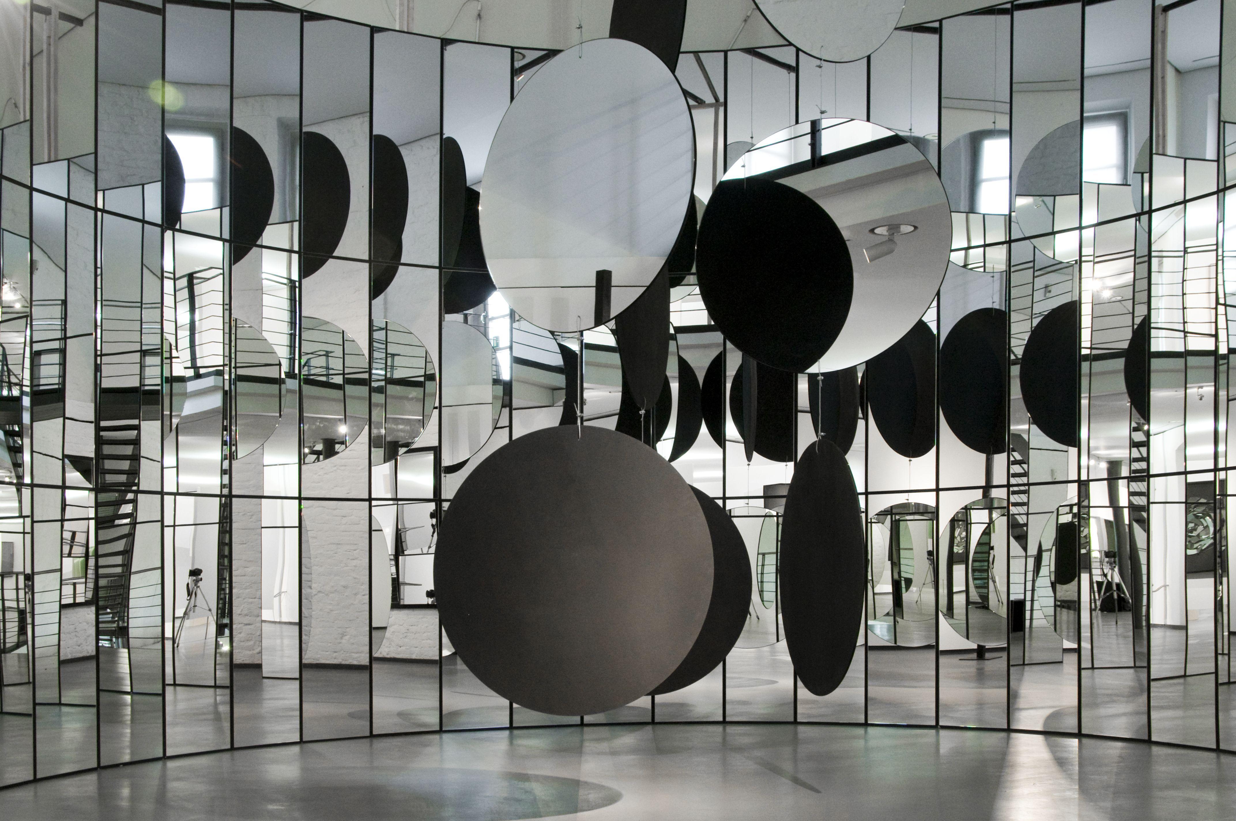 spiegelwand ideen die alle aufmerksamkeit geb hren. Black Bedroom Furniture Sets. Home Design Ideas