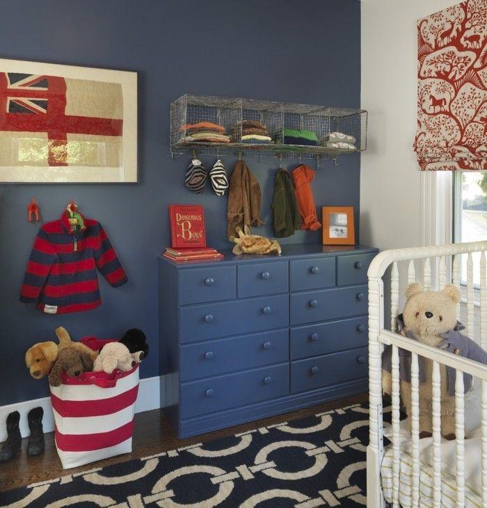 stauraum-babyzimmer-wandgestaltung-dunkelblau-rote-akzente