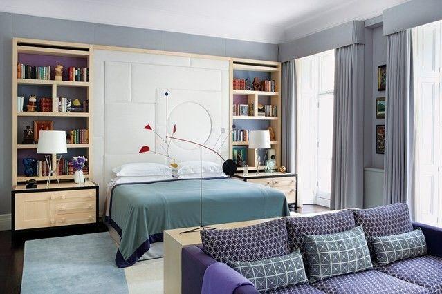 wandregal-vorhange-schlafzimmer-modern-sofa