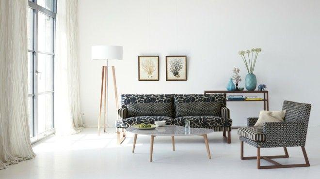 wohnzimmer-einrichten-schkandinavisch-deko-vase-himmelblau-wandbilder-sofa