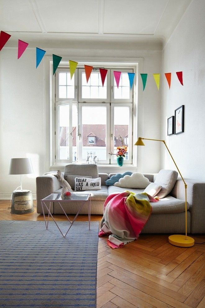 Wohnzimmer Modern Einrichten Farbakzente Gelbe Stehelampe Bunte Girlande