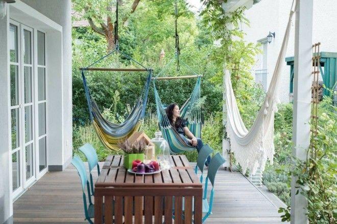 blaue-klappstuhle-landhausstil-terrasse-und-balkon-hangematte