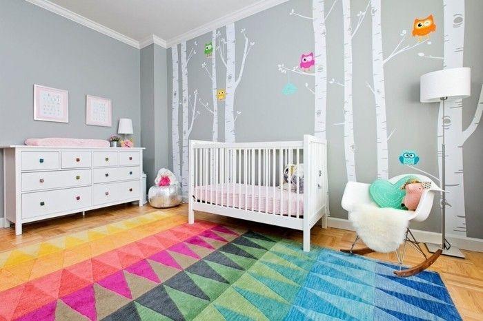 frisches-babyzimmer-bunter-teppich-weises-gitterbett