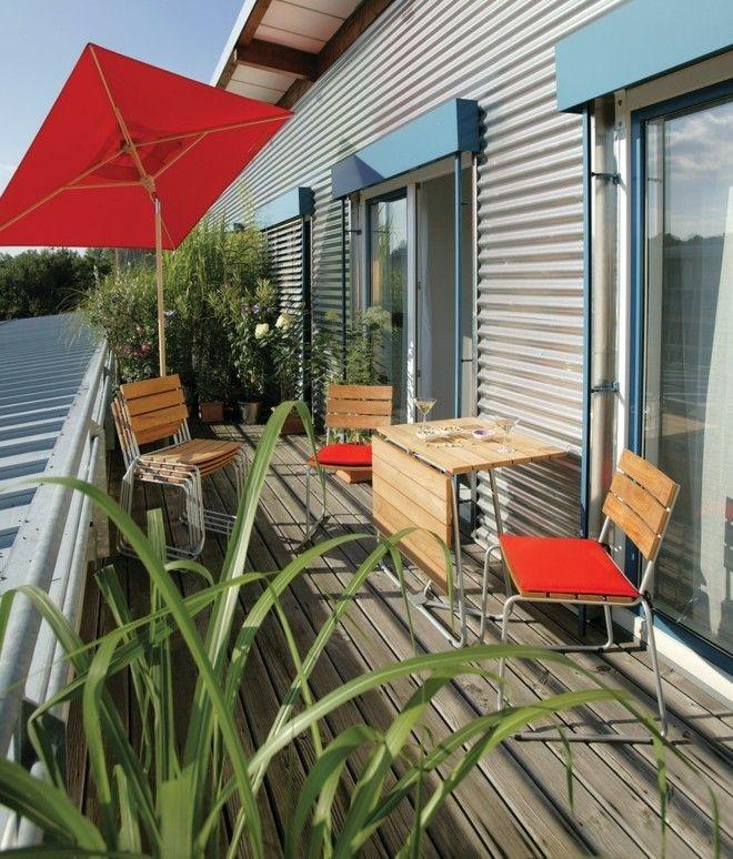 Gemutliche Terrasse Gestalten : Verlegen Sie Holzfliesen auf dem kleinen, länglichen Balkon für eine