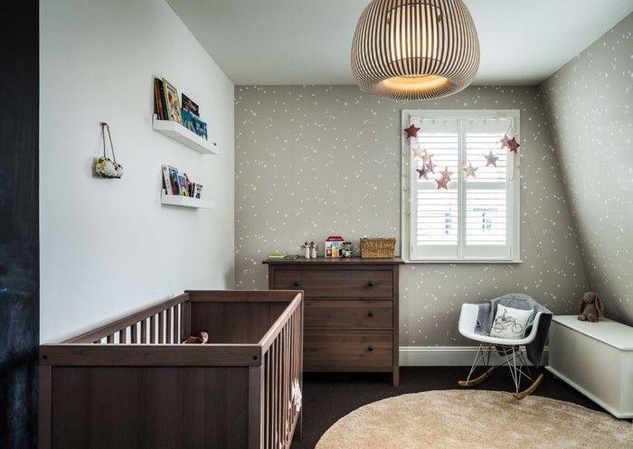 klassisches-babyzimmer-holzmobel-nussbaum-runder-teppich