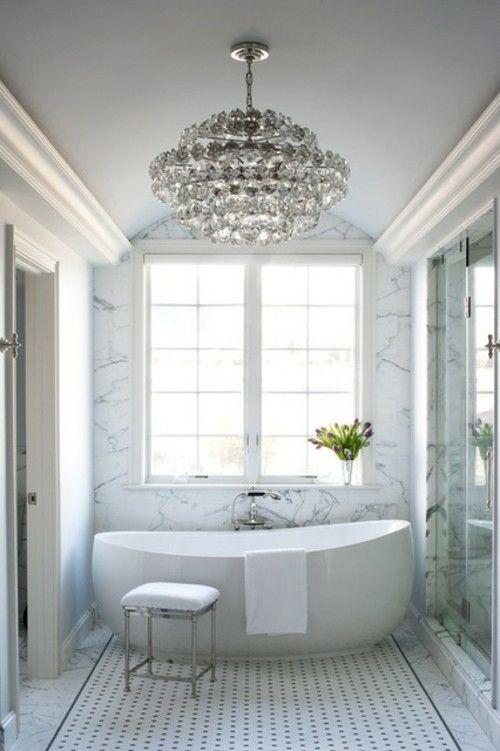 luxus-badezimmer-ideen-marmor-kronleuchte-freistehende-badewanne