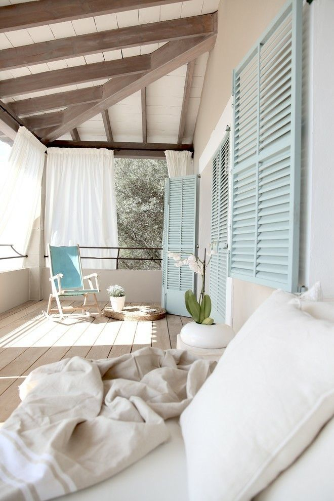 Stilvolle HolzJalousien bieten Sonnenschutz an allen sonnigen Tagen