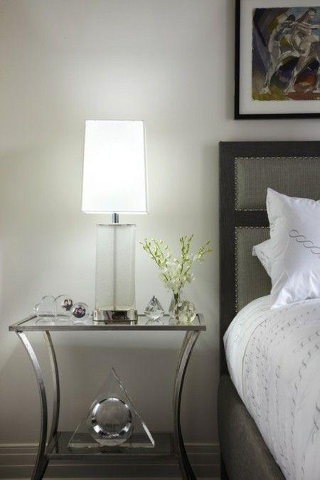 modernes-schlafzimmer-leuchte-futuristisch-glasfuss